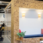 Espace cloisonné dans les bureaux de Airbnb