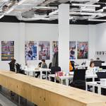 Grand openspace dans les bureaux de Airbnb