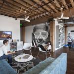 grand espace de détente design dans les bureaux d'adobe